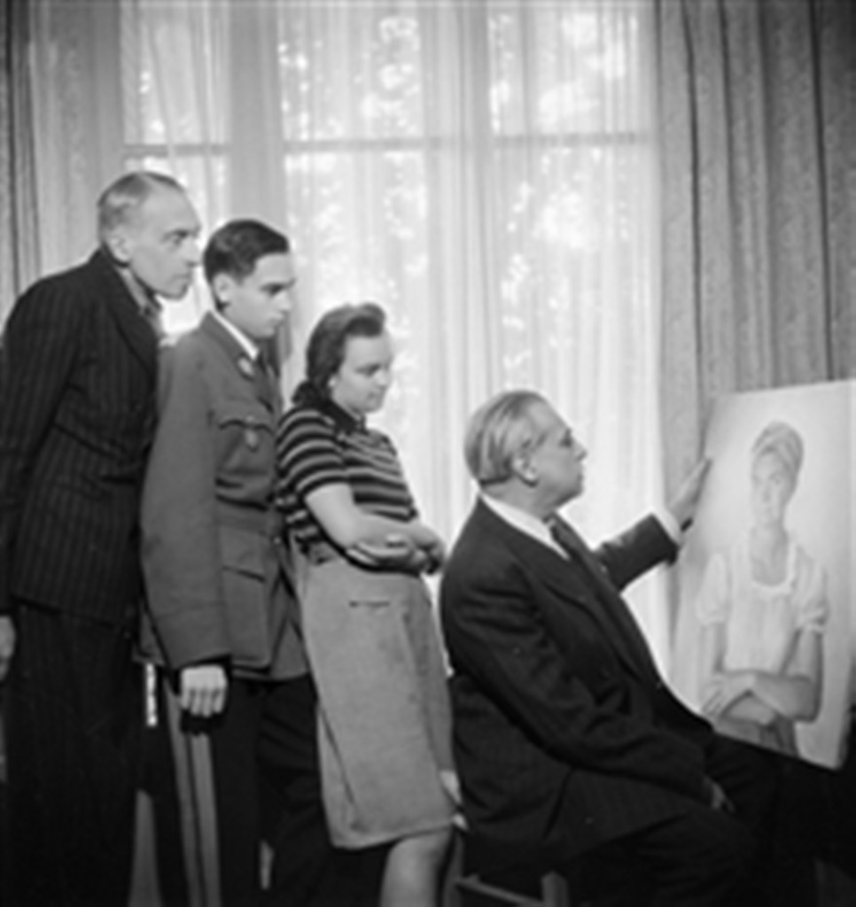 16. Savely Abramovitch Sorine (1878-1953), portraitiste russe, assis, avec sa famille. Paris, octobre 1946.