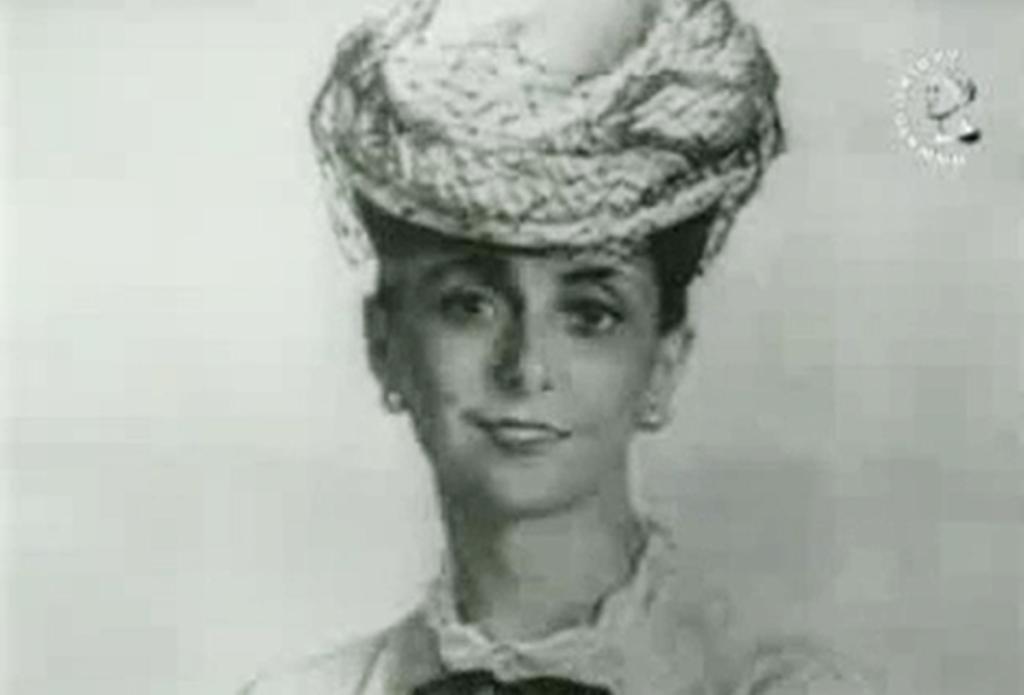 Кинокадр .Портрет жены (А. С. Сориной) в шляпке