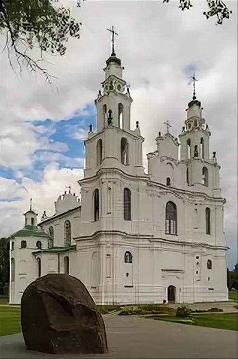 Полоцк. Софийский собор 11-19 века. На первом плане Борисов камень – древний объект языческого поклонения