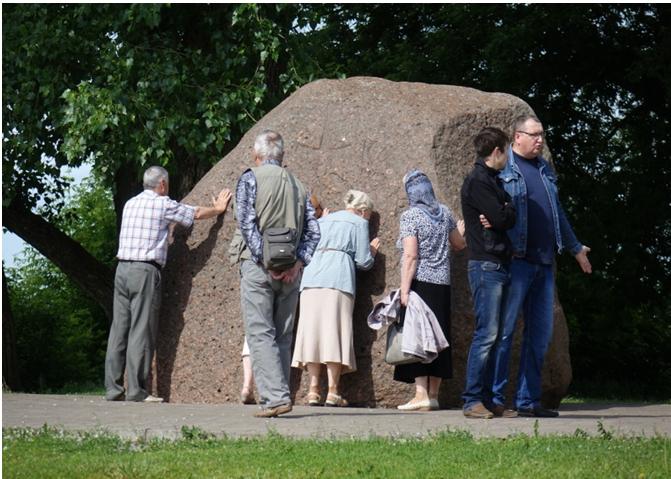 Древний Борисов камень, которому и сейчас поклоняются жители Полоцка, находящийся рядом с православным собором, выглядящим, как католический