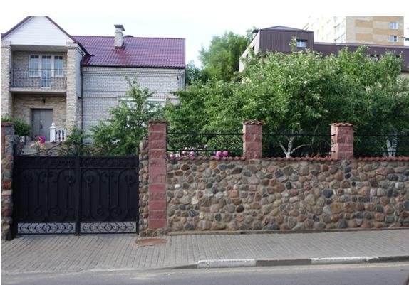 Попавшие в ограду дома камни старой мостовой, по которым (по утверждению сотрудника местного музея) в детстве бегал Савелий