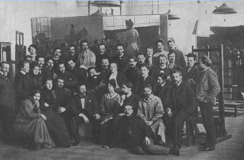 AX 1897-98. Репин в кругу своих учеников. В первом ряду стоящих третий справа – Савелий Сорин