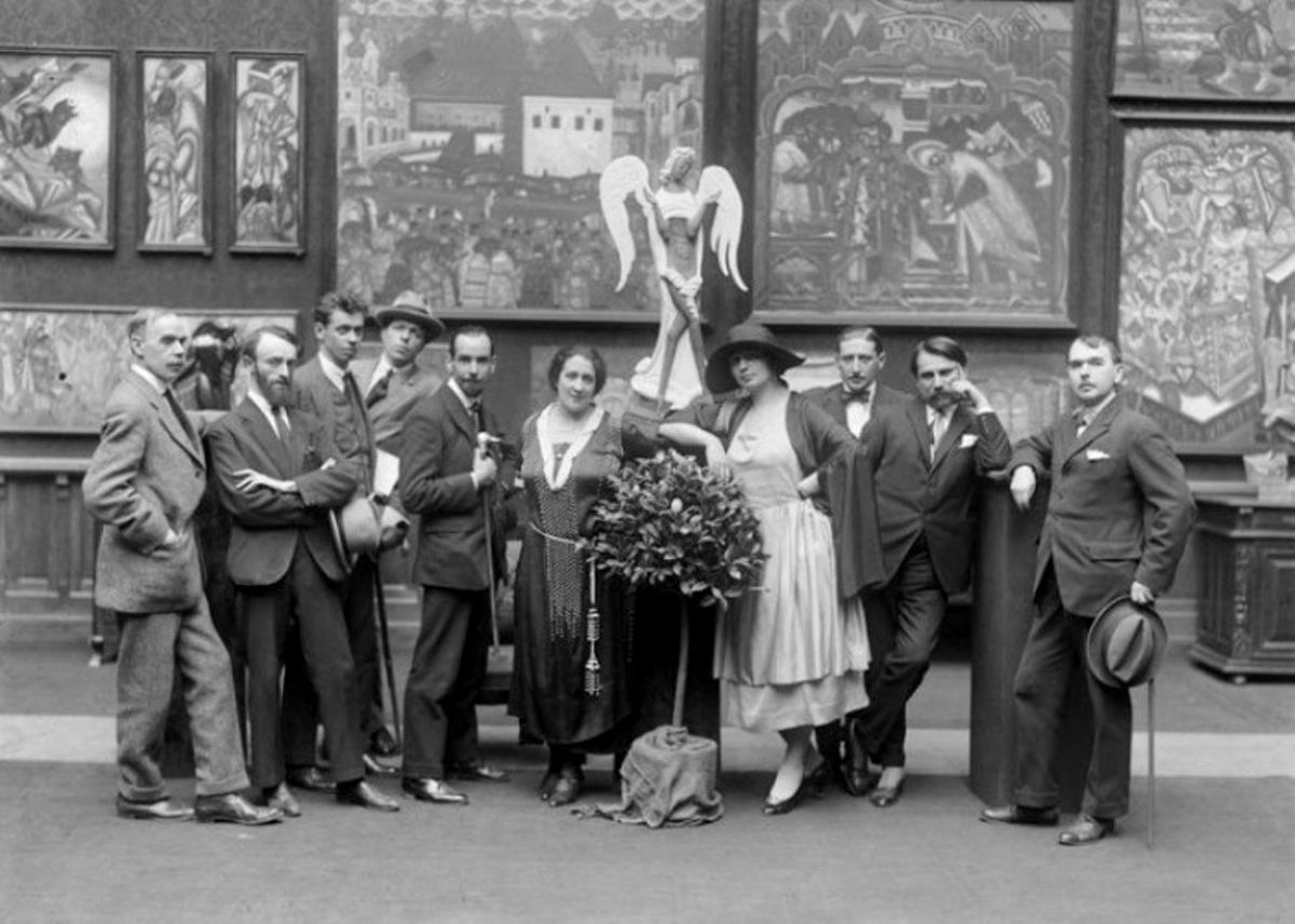 - Группа участников выставки 1921 г. в Париже. Справа в 1 ряду - С. Судейкин, С. Сорин, В. Судейкина.   фото Шумова