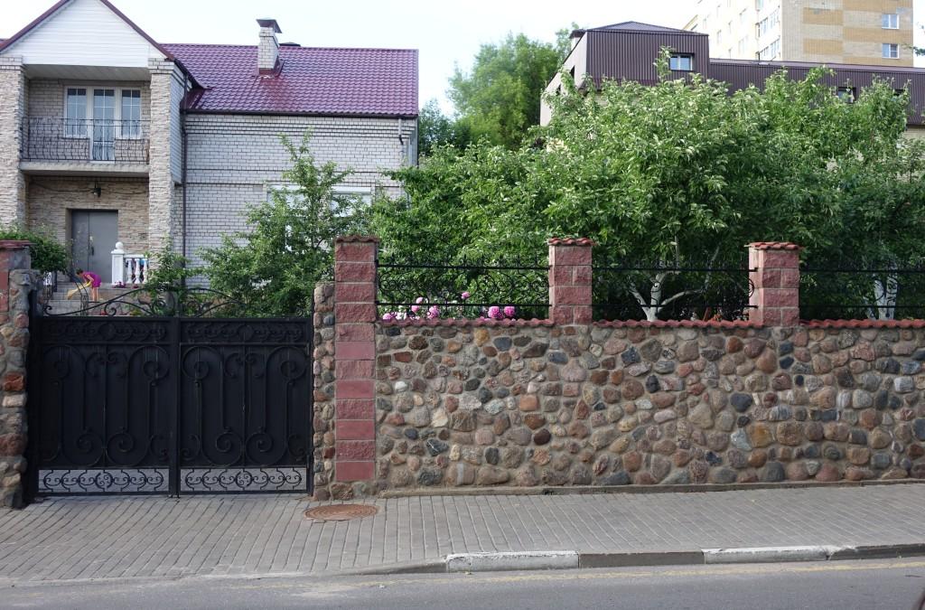 Попавшие в ограду дома камни мостовой, по которым бегал Савелий.