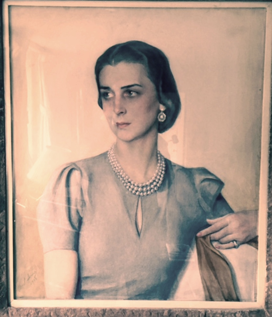 Портрет  ЕКВ герцогини Кентской 1938г.  бум. на х. смеш. техн.фото ее сына ЕКВ принца Майкла 04. 02. 2016 в Кенсингтонском дворце Лондон